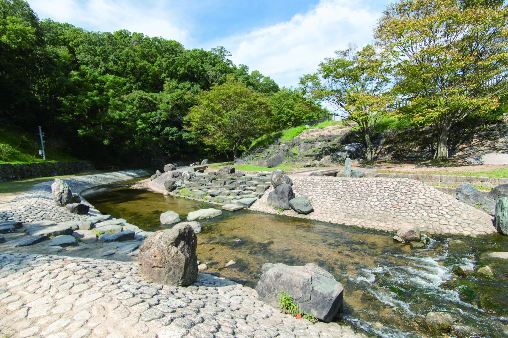 水遊びを楽しむ事ができる水辺プラザが徒歩14分です。