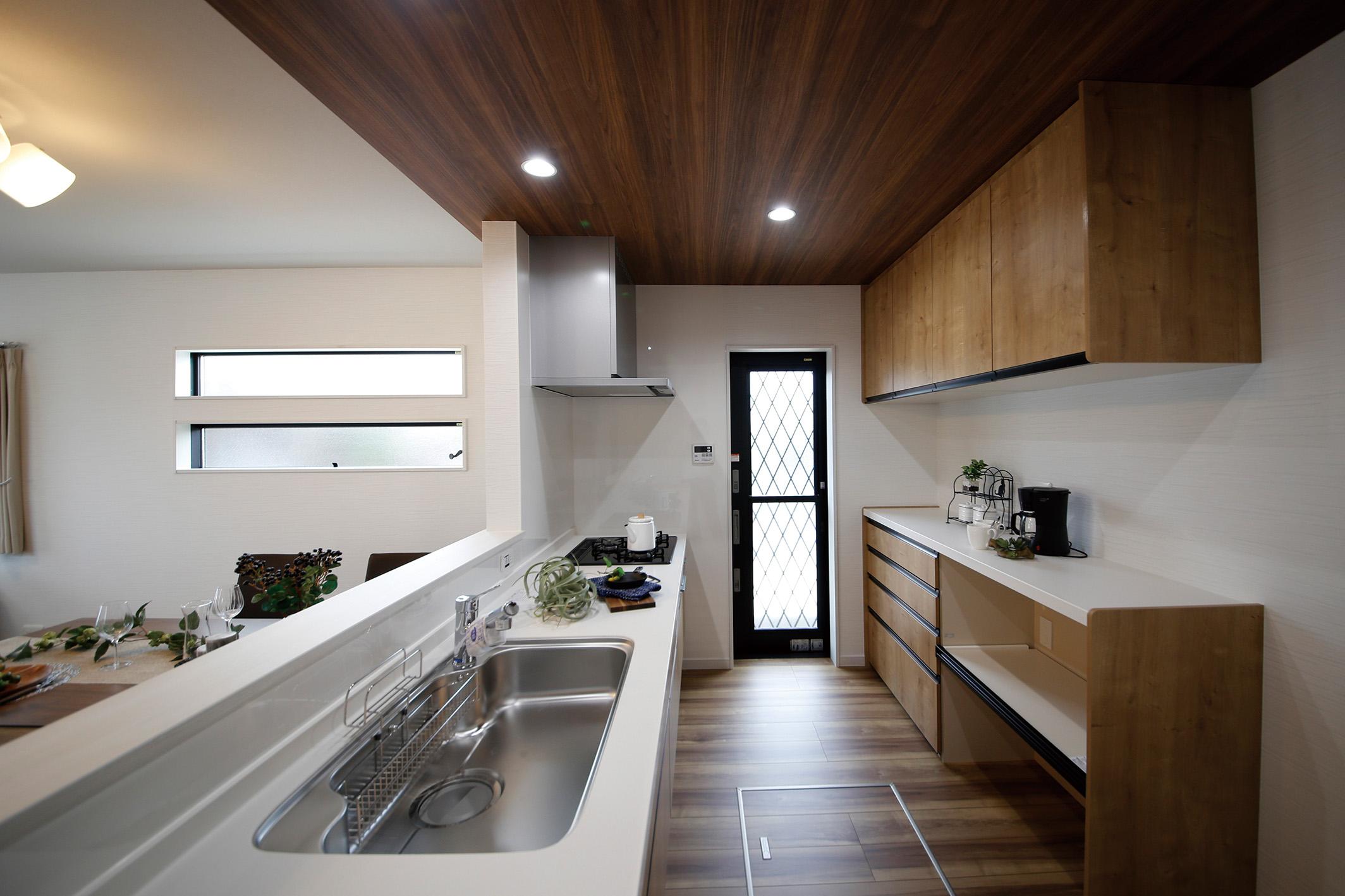 現地モデルハウスのキッチン。(2020年6月撮影)対面式キッチンなのでご家族とのコミュニケーションが弾みます。カップボードなどの収納スペースも充実しています。